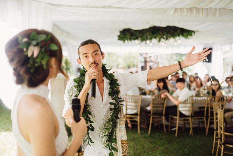 ไอเดียงานแต่งงานที่น้ำตกพร้อมฉากหลังสีเขียวธรรมชาติด้วยต้นไม้และภูเขา